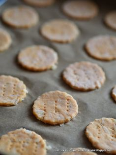 ciasteczka-cebulowe-przekaska-do-piwa-albo-wina Impreza, Cookies, Food, Crack Crackers, Biscuits, Essen, Meals, Cookie Recipes, Yemek