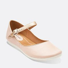 The Feature women's shoes from Clarks® Artisan comes are this season's must-have flats. Stitch-and-turn signature detail resulting in an ultra-soft deconstructed shoe for all-day style and comfort.