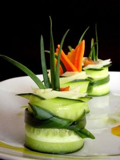 Rulouri din castravete şi caşcaval cu somon afumat - simonacallas Vegetarian Recipes, Cooking Recipes, Romanian Food, Canapes, Honeydew, Food Art, Cucumber, Catering, Food And Drink