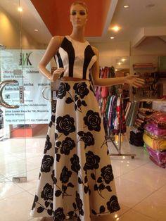 #crop-top#lehenga#floral#black-white#desi-style#umbrella#sleeveless#big-flower#hollywood#bolywood#