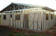 Steel Frame é um sistema de construções em quadros de aço leve. Geralmente se refere a um edifício com uma técnica estrutural de aço e colunas verticais, horizontais e vigas, construídas em uma grade retangular em forma de gaiola para apoiar o chão, teto e paredes de um edifício, que são todas ...