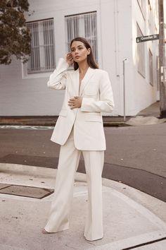 White pantsuit - power suit - womens suit - white loose trouser pants - minimalist style work outfit ideas - natural makeup Source by ideas tenis Suits Serie, Suits Tv Shows, White Pantsuit, Look Blazer, Check Blazer, Suits For Women, Clothes For Women, London Girls, White Suits