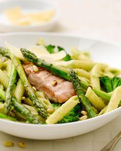 Penne met groene asperges, zalm en broccolipesto