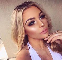 Perfect makeup highlight strobing