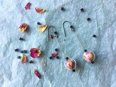 Orecchini falsi romantici con rose vere ed ematite nera