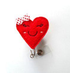 Cette bobine insigne dispose dun cœur rouge souriant qui peut être agrémenté dun…