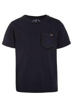 ¡Consigue este tipo de camiseta manga corta de Scotch Shrunk ahora! Haz clic para ver los detalles. Envíos gratis a toda España. Scotch Shrunk GARMENT DYED SHORT SLEEVE CREW NECK WITH PRINTED POCKET Camiseta básica night: Scotch Shrunk GARMENT DYED SHORT SLEEVE CREW NECK WITH PRINTED POCKET Camiseta básica night Ropa   | Material exterior: 100% algodón | Ropa ¡Haz tu pedido   y disfruta de gastos de enví-o gratuitos! (camiseta manga corta, mangas cortas, manga corta100%, short-sleeved... Scotch Shrunk, Mens Tops, T Shirt, Color, Fashion, Light Blue, Short Sleeves, Colour, Scotch Whisky