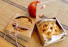 Mini tortas de maçã para lembranças de festas.