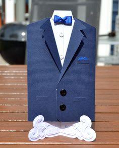 Invitation til Daniels Konfirmation forside. Butterflyen er lavet af silkebånd der er syet. Lommetørklædet er lavet af en serviet rest.