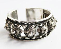 Stapeln von ethnischen Silber Manschette von ShopChickpeaStudio