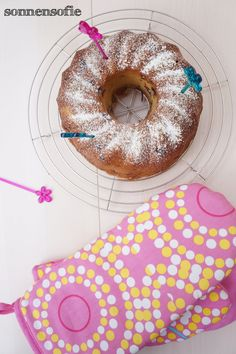 easy peasy, delicious bundt cake with choclate chunks