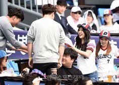 [포토] 차오루-혜미의 즐거운 야구장 나들이 - 한국스포츠경제