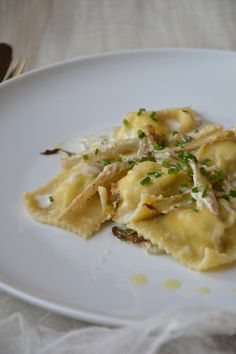 Ravioli with porcini mushrooms and ricotta - Frayed endive sauce, flavored with truffle {Holiday dish} - Juliette& recipes - Ravioli with porcini mushrooms and ricotta cheese – Frayed chicory sauce, flavored with truffle { - Ricotta, Giada Recipes, Vegetarian Recipes, Porcini Mushrooms, Stuffed Mushrooms, Vegan Junk Food, Ravioli Recipe, Sicilian Recipes, Vegan Smoothies