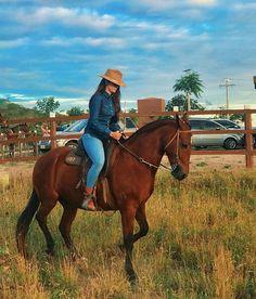 Saudade deles, os que fazem meu coração bater mais forte. Foto Cowgirl, Estilo Cowgirl, Cowgirl And Horse, Sexy Cowgirl, Horse Riding, Hot Country Girls, Country Girls Outfits, Looks Country, Bad Boy Style