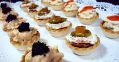 Unos aperitivos o entrantes fáciles y económicos: de marisco, salmón o ensaladilla rusa ..; las tartaletas son ideales en fiestas y celebraciones.