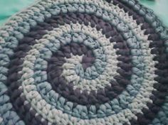 Alfombra con punto caracol. Fabric Rug, Rug Making, Rag Rugs, Baskets, Knit Crochet, Crochet Patterns, Crochet Purses, Strands, Farmhouse Rugs
