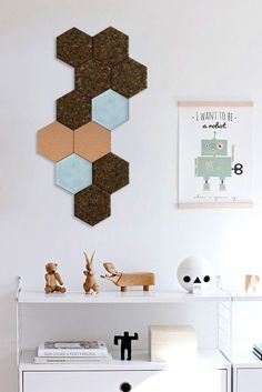 Set of 3 cork panels of felt and cork. Modern panels cork wall, office, bedroom or childs room. Colored hexagonal tiles allow you to decorate your home in many different ways. Choose your favorite colors and make a unique mosaic. They meet the 3 functions: decorate, mute and can serve as a table for attaching the message or jewelry. They are made of layers of felt and cork or stopper only. They are lightweight and easy to install. The elements differ in thickness which creates an additional…