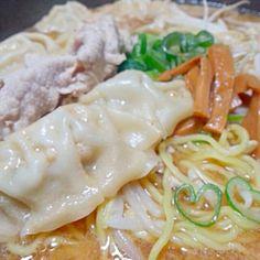 ともちゃんに頂いた北海道西山ラーメン 先ずは味噌から頂きました お鍋にスープ仕込んで野菜と豚肉と水餃子  麺はバリカタに茹でて 水でしめてから 食べるぶんずつ加えて 好きな固さでさっと取り出す ラーメン鍋にしました  美味しいよー それと、麺の一人前の量が多いの 残った麺はのびたら嫌なので 冷凍して また、あしたボンが食べます  ともちゃんありがとう 大満足でした  あと、醤油と塩どんな感じで頂くか楽しみです - 88件のもぐもぐ - 西山ラーメン味噌~湯麺風に野菜たくさんと水餃子入り by まーぶる