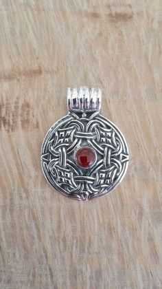 Vedhæng. Mariesminde. Sølv m. rav: 250 kr.  27 x 21 mm -   Rundt hængesmykke fundet ved  gården Mariesminde ved  Langeskov på Fyn. Smykket blev fundet uden sten,  dette er det pyntet med ægte  naturrav. Originalen er udstilllet på  Vikingemuseet Ladby Smykket er dateret til ca. år 925.