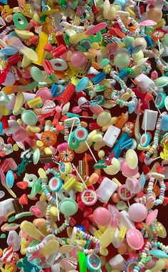 Martin Klimas Candy Explosion x Fun & Colours = Awesome! Martin Klimas, Caramel Mou, Chocolate Bonbon, Rainbow Food, Rainbow Candy, Food Wallpaper, Pick And Mix, Colorful Candy, Pastel Cupcakes