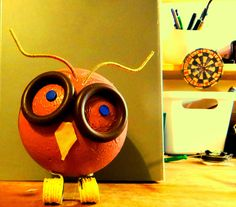 my young 17cm high owl. Acrilic colours, curtain's rings, bronze-golden thin wire, fiber, pins and imagination. :) Isn't she cute?