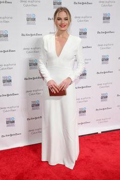 Dass es nicht immer Glitzer und Bling Bling auf dem roten Teppich sein muss, beweist die australische Schauspielern Margot Robbie. Das weiße, auf's Minimale reduzierte Kleid ist von Calvin Klein - dem amerikanischen Label, das schon immer für klare Linien bekannt war und auf überflüssige Schnörkel verzichtet.