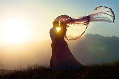 photo romantique en conrte-jour avec voile dans le vent