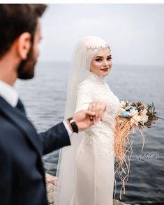 Görüntünün olası içeriği: 1 kişi, düğün ve açık hava Wedding Hijab Styles, Muslimah Wedding, Muslim Wedding Dresses, Muslim Brides, Muslim Couples, Wedding Couple Poses Photography, Wedding Poses, Wedding Photoshoot, Wedding Bride