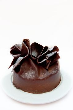 Belgian Dark Chocolate Fudge Cake - This would be pretty as a wedding top! in white/ivory Chocolate Fudge Cake, I Love Chocolate, Decadent Chocolate, Delicious Chocolate, Chocolate Lovers, Chocolate Recipes, French Chocolate, Mini Cakes, Cupcake Cakes