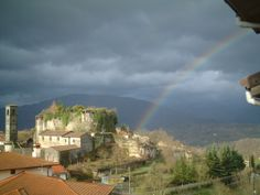 Rocca di Castiglione Garfagnana con arcobaleno