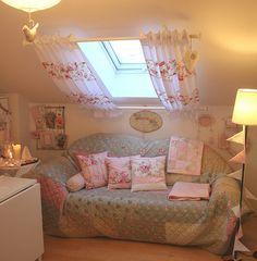 Leuk idee. Gordijntjes voor het dakraam en een bankje of een gemakkelijke stoel eronder.