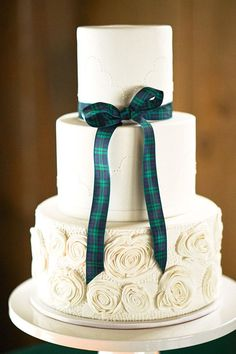 7 Plaid and Tartan Wedding Cakes That are Perfect for Your Winter Wedding: Tartan Ribbon Scottish Wedding Cakes, White Wedding Cakes, Cake Wedding, Scottish Weddings, Ribbon Wedding, Wedding Sweets, Tulle Wedding, Indian Weddings, Cupcakes