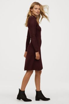 Short dress in soft, fine-knit fabric. Ribbed mock turtleneck, long sleeves, and a flared skirt. Fashion Art, World Of Fashion, Bordeaux, Fashion Company, Flare Skirt, Neue Trends, Capsule Wardrobe, Lady, Everyday Fashion