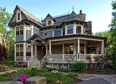 Пример красивой отделки фасада дома пестрого цвета в викторианском стиле