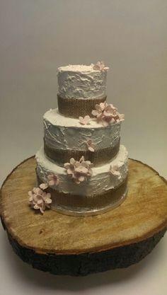 Bruidstaart afgesmeerd met Royal icing en versierd met hortensia.