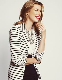 black + white / statement necklace - Because you love a pattern, particularly if it brings a little order to your outfit.