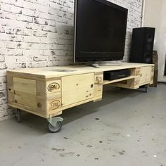 A simple TV stand fulfills the idea of holding the TV, but we understand that you want something more than that! Therefore, check out these awesome DIY TV stand ideas! Pallet Ideas Easy, Diy Pallet Projects, Home Projects, Simple Tv Stand, Diy Tv Stand, Old Tv Stands, Pallet Tv Stands, Tv Stand Shelves, Tv Stand Cabinet
