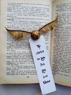 Look like golden snitch unique Bookmark for magic, Little open Golden Snitch ornament Bookmarks gift idea for Harry Potter lovers Unique Snitch Bookmark, Snitch Bookmark, Golden Snitch Bookmarks - its Harry Potter Diy, Harry Potter Bookmark, Theme Harry Potter, Harry Potter Birthday, Harry Potter Snitch, Harry Potter Necklace, Creative Bookmarks, Diy Bookmarks, Corner Bookmarks