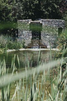 Der Naturbadeteich im Garten lädt an Sommertagen zum Abkühlen ein. Genießen Sie das frische Wasser, das mithilfe von Planzen natürlich gereinigt wird. #hotelmolzbachhof #molzbachhof #naturbadeteich #badeteich #holzhotel