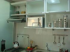 divisão de cozinha e lavanderia com vidro fosqueado
