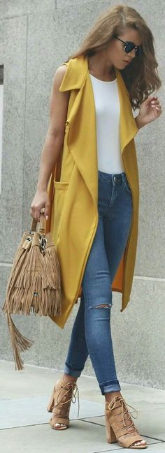 Look con un toque de amarillo
