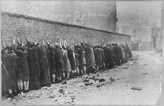 Fin de la révolte du Ghetto de Varsovie: juifs rassemblés avant leur déportation.