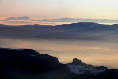 """<b>Fodor István</b> - """"Az egyik kedvencem, a köd alatt pihenő emberlakta tájak, fölötte tág perspektíva van, a közeli hegy a Hagymás hegység az Egyeskővel, középtájt a Hargita hegyvonulata, távol pedig a Királykő látható."""" István képeiből január 18-án nyílt kiállítás a Székelyudvarhelyi Művelődési Házban Székelyföld madártávlatból címmel."""