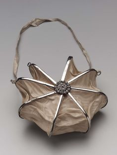 Heptagonal bag French, about 1800 (Silk moire set in steel and cut steel with silk ribbon and silk satin lining) at Museum of Fine Arts, Boston Vintage Purses, Vintage Bags, Vintage Handbags, Vintage Shoes, Steampunk Accessoires, Vintage Accessoires, Vintage Outfits, Vintage Fashion, 1930s Fashion