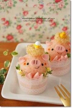 piggy ricaball in cup bento. i dont thinl i couuld eat a bento box they are too cute Japanese Food Art, Japanese Sweets, Cute Food, Good Food, Yummy Food, Bento Kawaii, Comida Disney, Cute Bento Boxes, Kawaii Cooking