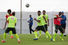 Brazilian national football team player Hulk (C) takes part in a training session at the squad's Granja Comary training complex in Teresopolis, Brazil on June 15, 2014.