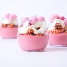 Glass cup + fruit + cake, teach you to make a delicious cup cake! Desserts In A Glass, Dessert In A Jar, Fancy Desserts, Wedding Desserts, Delicious Desserts, Yummy Food, Fruit Cake Design, Layered Desserts, No Bake Treats