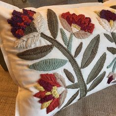 Cushion Embroidery, Crewel Embroidery, Cross Stitch Embroidery, Flower Embroidery Designs, Embroidery Patterns, Cushion Cover Designs, Mexican Embroidery, Natural Cushions, Embroidery Techniques