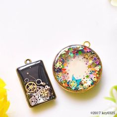 Resin necklace pendants with assorted inclusions. Diy Resin Art, Epoxy Resin Art, Diy Resin Crafts, Uv Resin, Resin Molds, Jewelry Crafts, Resin Jewlery, Resin Jewelry Making, Resin Necklace