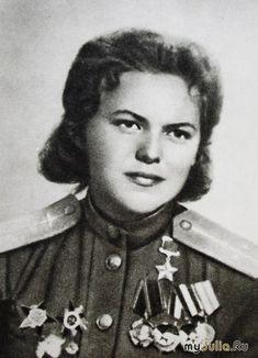Аронова Раиса Ермолаевна(10 февраля 1920 — 20 декабря 1982)— старший летчик 46-го гвардейского ночного бомбардировочного авиационного Таманского Краснознаменного полка (325-я ночная бомбардировочная авиационная дивизия, 4-я воздушная армия, 2-й Белорусский фронт), гвардии лейтенант.